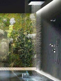 Baño minimalista en color negro ducha efecto llucia y pared natural