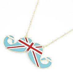 una collana baffata con la bandiera inglese su sfondo azzurro e non blu
