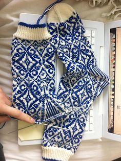Knitting Charts, Knitting Stitches, Knitting Socks, Hand Knitting, Knitting Patterns, Crochet Socks, Knit Crochet, Knit Socks, Cosy Socks