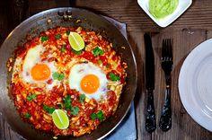 Bakte egg er både enkelt og godt på en hektisk mandag.  Til 2 personer 4 egg Hodekål, grovhakket 1 fedd hvitløk, finhakket 2 vårløk, finhakket 1 boks hakkede tomater 1 syltet chipotle chili (2 hvis du foretrekker den ekstra sterk) ev. 1 ts chipotle chilipulver Frisk koriander Olivenolje