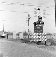 23/01/1962 beschrijvingAfbeelding van een AKI (Automatische Knipperlicht Installatie) bij de spoorwegovergang in de Stoutenburgerlaan te Hoevelaken. vervaardigerNederlandse Spoorwegen (fotograaf) soortFotografische documenten negatiefNS 16700 Opnamenegatief; X 20789 digitale reproductie;