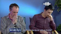 Una pareja gay descubrió en un programa de TV que son hermanos