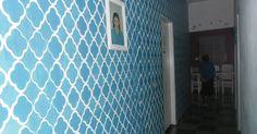 OI pessoal!!!Hoje vou mostrar pra vocês as pinturas com stêncil que eu fiz na casa da minha mãe. Este é o corredor, pintei apenas a par...