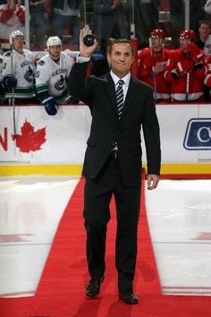 Steve Yzerman-GM Tampa Bay Lightning and will always be in the hearts of Hockeytown fans! Best Hockey Player Ever Detroit Hockey, Detroit Sports, Hockey Mom, Hockey Stuff, Ice Hockey, Stanley Cup, Detroit Vs Everybody, Steve Yzerman, Red Wings Hockey
