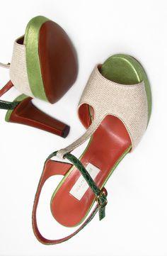 D'ARCHIVE by L'Autre Chose. Two Tone Sandals. 7.  Two tone T-strap sandals. Green bottle - beige canvas. Leather - python and fabric. Ankle strap closure and leather insert platform sole. Heel - about - 12 cm.  Sandalo bicolore verde bottiglia - beige tela. Sandalo in pelle - pitone e tessuto. Allacciatura con cinturino alla caviglia e plateau con inserto in cuoio. Tacco - circa  - 12 cm. Suola in cuoio.