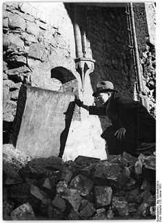 • NIKOLAIKIRCHE • An old grave board, which was recovered from the ruins. Taken on 25 January 1951. [Photo: Bundesarchiv_Bild_183-09403-0012.] .