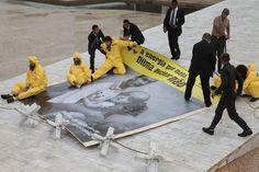 2011- Protesto contra nuclear    Ativistas do Greenpeace são removidos pelos seguranças do Palácio do Planalto, em Brasília (DF) após protesto contra o investimento em energia nuclear. (©Greenpeace)