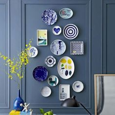 10 Practical Tips for Hanging Plates on the Wall - Unique Balcony & Garden Decoration and Easy DIY Ideas Teller An Der Wand, Plate Wall Decor, Wall Plates, Blue Dinnerware, Hanging Plates, Plate Display, Plate Art, Cake Plate, Vintage Plates