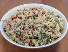 Herkullinen pastasalaatti syntyy Fusilli-kierrepastasta, lämminsavulohesta, ananaksesta, paprikasta, punasipulista, tillistä j...