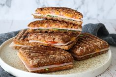 Rugbrødspanini Med Skinke, Ost Og Andet Godt Sandwiches, Panini Sandwich, Bread Dishes, Tzatziki, Easy Healthy Dinners, Bon Appetit, Lunch Box, Toast, Food And Drink