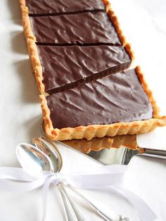 Heippa taas! Kaikkien pääsiäisreseptien tilalle jotain ihanaa supersuklaista. Piiras jonka täyte on just sitä suklaata. Sisus on siis suklaaganache-tyylinen. Tämän jälkeen ei pitäisi suklaahammasta kolottaa! Pohja: 4 ½ dl vehnäjauhoja1 tl leivinjauhetta1 dl sokeria 1... Plant Based Recipes, Let Them Eat Cake, Waffles, Food And Drink, Pie, Snacks, Chocolate, Baking, Breakfast