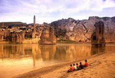 HASANKEYF Diyarbakır'da kolaylıkla ziyaret edilebilecek bu ikonik yer, kısa bir süre sonra sular altında kalacak.