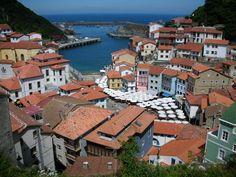 Vista del anfiteatro lleno de terrazas en el puerto de #Cudillero, desde el mirador de Cimadevilla. #Asturias