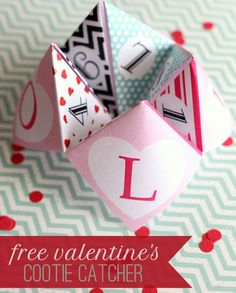 Valentine's Cootie Catcher - FREE Printable on { lilluna.com }