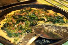 Coca de verduras con harina de garbanzos (tiene menos hidratos de carbono que con harina de trigo).  www.cocinasalud.com