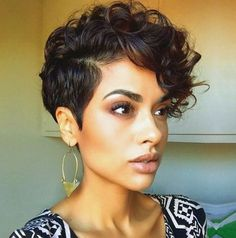 Short and curly hairstyle for women - Estilo de corte para cabello corto y rizado