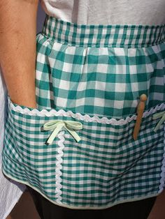 Gingham and rick rac! Sewing Hacks, Sewing Crafts, Sewing Projects, Cute Aprons, Handbag Patterns, Sewing Aprons, Chicken Scratch, Half Apron, Apron Designs