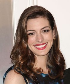19 Anne Hathaway Hairstyles, Hair Cuts and Colors Anne Hathaway. Stunning smile and such a talented actress.<br> View yourself with Anne Hathaway hairstyles and hair colors. View styling steps and see which Anne Hathaway hairstyles suit you best. Funky Hairstyles, Formal Hairstyles, Celebrity Hairstyles, Wedding Hairstyles, Meryl Streep, Anne Hathaway Hair, Cool Winter, Ella Enchanted, Medium Curly