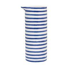 In diesem stilvollen Krug von Greengate können Sie vieles servieren. Ob mit Milch, Saft oder Wasser gefüllt, so zaubern Sie skandinavisches Urlaubsfeeling in Ihr Zuhause. Übrigens auch sehr schön als Blumenvase verwendbar.