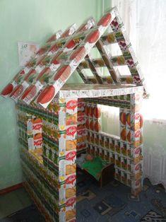 домик, сделанный из пустых пакетов из-под сока