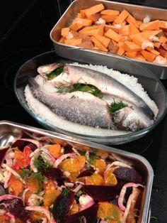 Refeições com Família e Amigos... peixe no forno ao sal; batata doce no forno com casca e salada de laranja, beterraba e bolbo de funcho.