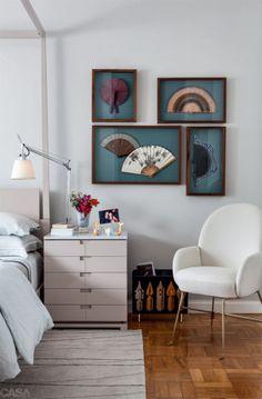 Almofadas e poltrona da Poeira, livros da Freebook. O tapete da Punto e Filo veste a área sob a cama.