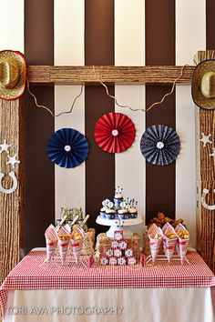 Me encanta este fondo de mesa para una fiesta vaquero / Love the table backdrop for a cowboy party