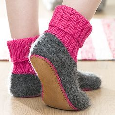 OHJE: Vanutetut tossut Cozy Socks, Knitted Slippers, Felt Art, Knitting Socks, Leg Warmers, Fashion Bags, Lana, Needlework, Knitting Patterns