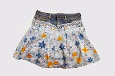 Voici une petite jupe hybride !  Composée de la taille d'un vieux Jeans, une doublure en nuisette couleur chair,  d'une longueur en coton fleuri récupéré d'un ancien peignoir,  et d'une bande de dentelle de... rideaux !!  skirt jeans cotton coton flowers lacer