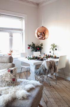 Norske interiørblogger Deco Table Noel, Christmas Table Settings, Decoration Table, House Goals, Scandinavian Interior, Christmas Diy, Planters, Dining Table, Living Room