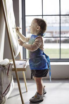 Et barn maler og har et forklæde på, lavet af en blå IKEA pose Ikea Hacks, Diy Wardrobe, Kindergarten Art, Painting For Kids, Blue Bags, Sewing For Kids, Diy Crafts For Kids, Refashion, Games For Kids