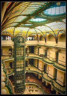 """Gran Hotel Ciudad de México Ubicado en el corazón de la Ciudad de México yace el propio y magnífico inmueble que alberga al """"Gran Hotel Ciudad de México"""", ejemplo remarcable del """"Art Nouveau"""" y considerado el más bello y suntuoso edificio de la capital, después del Palacio de Bellas Artes."""