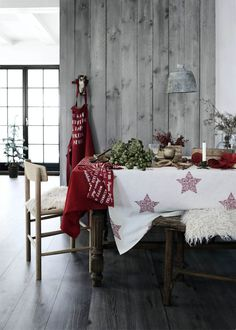 Classic red and white Christmas table decoration. #TCLdecor #decoration #Christmas  #dinner