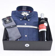 """Coffret Cadeau de Noël pour Homme """"La Végétale""""  Chemise Homme bleue en mélange coton lin + bouteille de vin rouge et chaussettes en fil d'écosse Hanjo, le vestiaire des épicuriens : https://hanjo.fr"""
