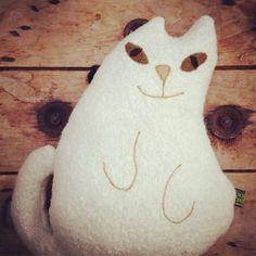 Verdient jouw trui ook een knuffel? Pets made of fabrics that deserve a second life. #ROXYROBERTA #huisdierknuffel #givebirthtoapet #pets#DIY #handmade #creativemamas #sewing #upcycling #singer #petlovers #kat #cat #chat #dotsandstripes #debontefabriek