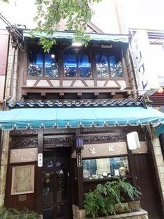 河原町の高瀬川ほとりにある喫茶ソワレ。画家の東郷青児氏も愛した喫茶店で、店内には絵やグッズが飾られています。