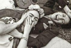 FOTO DEL GIORNO - Frida Kahlo e Chavela Vargas, fotografate nel 1950 da Tina Modotti...