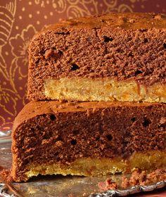 Τα φουντούκια δένουν με την κουβερτούρα και τα αμύγδαλα με το κομφί πορτοκαλιού σ' ένα ζουμερό, αρωματικό κέικ.