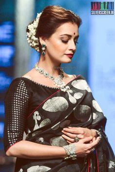 Dia Mirza walks for Santosh Parekh at Lakme Fashion Week Winter Festive 2016 - Bollywood Actress Photos Black Blouse Designs, Saree Blouse Designs, Ethnic Outfits, Indian Outfits, Dia Mirza, Soft Silk Sarees, Cotton Saree, Elegant Saree, Saree Look