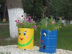 Flower Pot Crafts, Clay Pot Crafts, Flower Pots, Barrel Planter, Planter Pots, Garden Projects, Projects To Try, Painted Trash Cans, Colegio Ideas