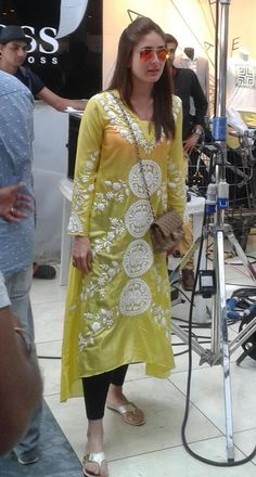 UTV Stars on is part of India clothes - Spotted KareenaKapoorKhan on the sets of Humshakals in Mauritius! Kareena Kapoor Khan, Deepika Padukone, Pakistani Outfits, Indian Outfits, Kurta Designs, Blouse Designs, Missoni, Casual Indian Fashion, Fashion Clothes