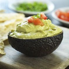 Майонез из авокадо - полезная и вкусная альтернатива обычному майонезу. Незаменимый соус во время поста. Авокадо содержит массу питательных веществ, в том числе необходимые для нашего с вами здоровья витамины, минералы и полезные жиры. Майонез, приготовленный из этого плода, можно использовать для заправки салатов, приготовления бутербродов или как соус к различным блюдам.