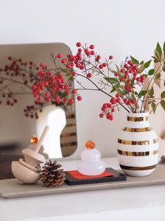 とても小さなガラスの鏡餅をお正月らしく華やかにアレンジしています。ゴールドのラインが美しいオマジオやHAYのコマと一緒に白漆のトレイにのせて、まとまりよくお正月コーナーになりました。