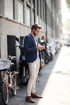 Men's Navy Blazer, Beige Jeans, Brown Leather Oxford Shoes, and Blue Longsleeve Shirt Beige Jeans, Jean Beige, Gentleman Mode, Gentleman Style, Street Style Stockholm, Navy Blazer Men, Navy Blazers, Beige Hose, Moda Men