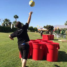Giant beerpong | Verzamel een aantal grote vuilnisbakken/tonnen, pak er een bal bij en je hebt alle materialen die je nodig hebt voor giant beerpong! Natuurlijk speel je giant beerpong niet met drank zoals bij de traditionele beerpong, anders zou het wel heel snel uit de hand lopen ;-). Als je de bal in een ton van het andere team weet te gooien, dan mag je die ton met water over je concurrent(en) heen gooien. En andersom natuurlijk!