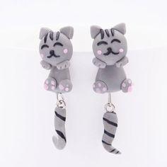 Katte øreringe med stribet hale, 49 kr. Se vores mange sjove øreringe af plexiglas, eller smykkeler. http://uglenimosen.dk/produkter/71-sjove-oereringe/