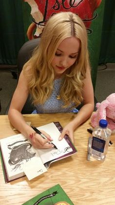 Eingebetteter Bild-Link @dovecameron giving autographs to Decsendants fans at the Return to the Isle of the list. Meet and greet
