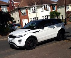 The black rums idea on my car would look nice. Range Rover Blanc, Range Rover Weiß, Range Rover Evoque, Range Rover Sport, Range Rovers, My Dream Car, Dream Cars, Family Car Decals, Car Goals