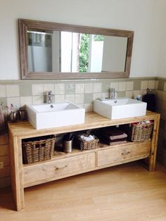 Une salle de bain à deux vasques et un parquet en bois dans la salle de bain. Très tendance en 2018 !