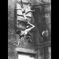 Fire Escape Collapse, by Stanley Forman, won the 1975 World Press Photo of the Year and the Pulitzer Prize for Spot News Photography in Famous Photos, Photos Du, Old Photos, Iconic Photos, Amazing Photos, Street Photography, Art Photography, Weegee Photography, Famous Photography